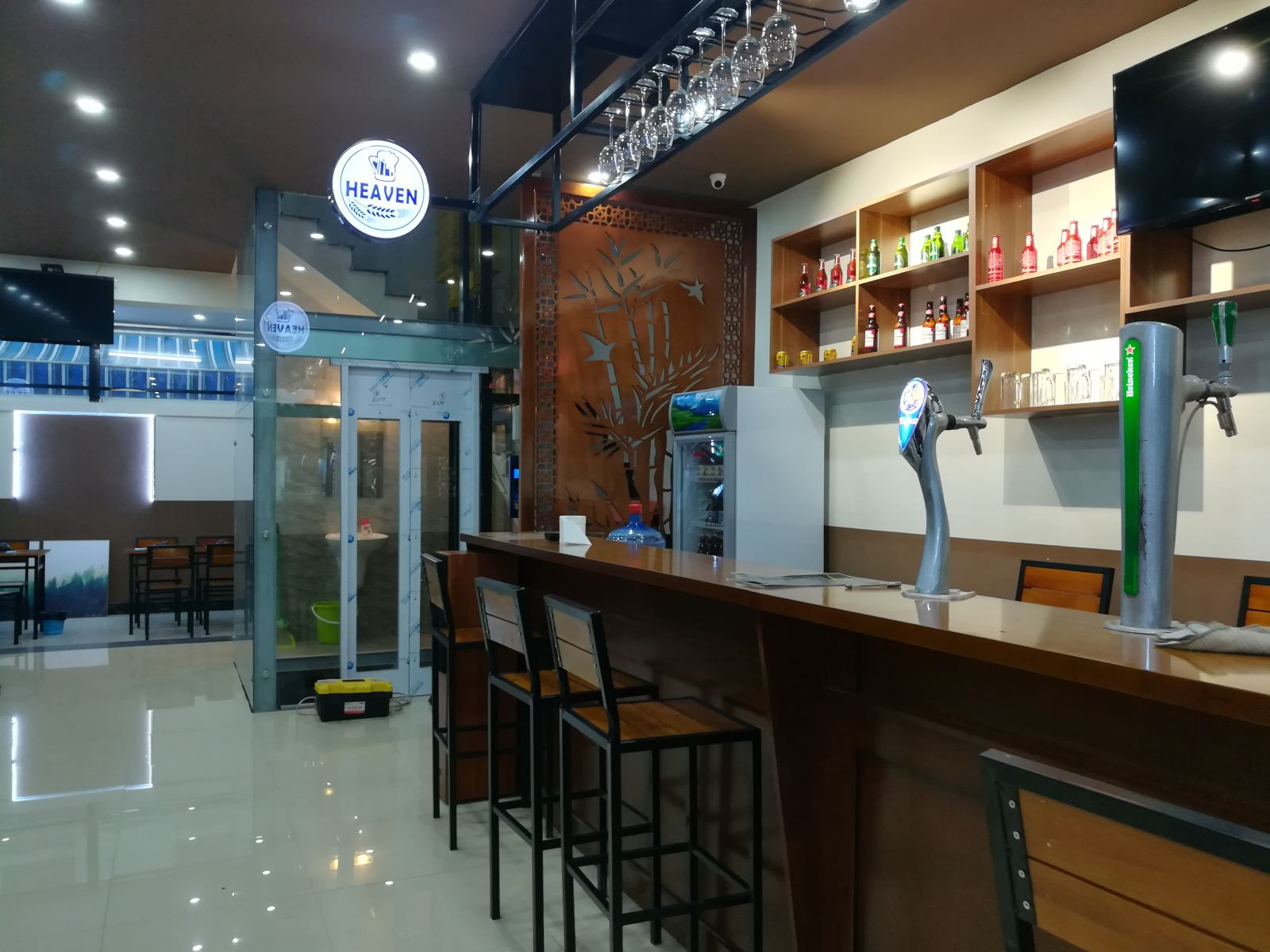 thiết kế nội thất quán bia